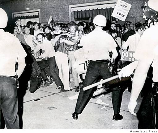 Police confront demonstrators in Chicago near the 1968 Democratic National Convention headquarters [photo www.wagingnonviolence.org]